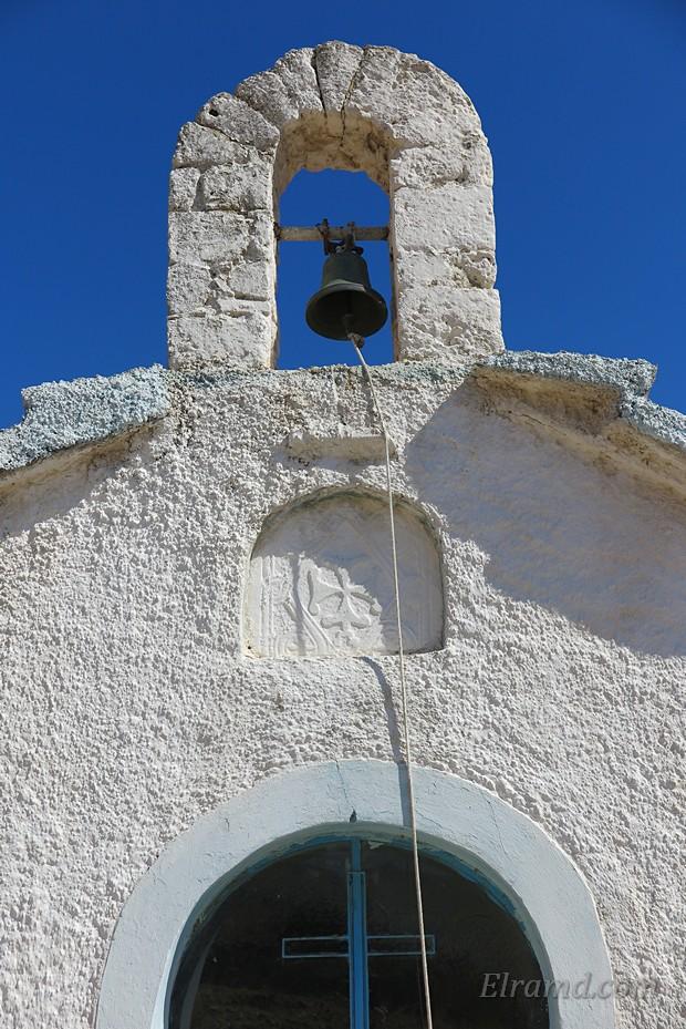 Крест над входом в храм