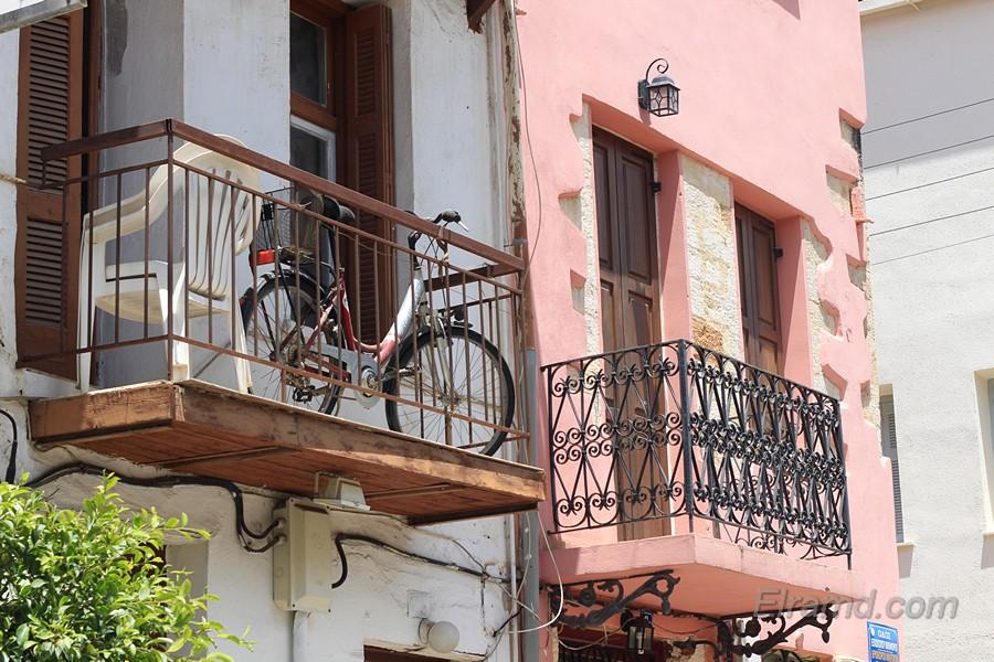 Велосипед на балконе в Ханье