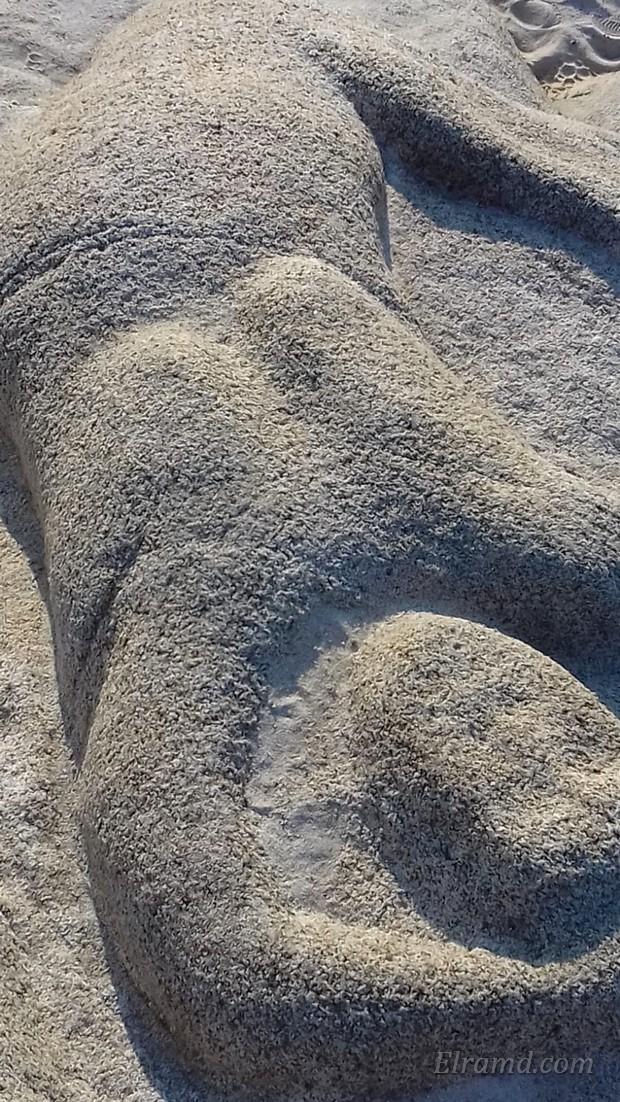 Каменная русалка на пляже