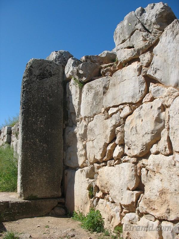 Циклопическая кладка стены акрополя и ворота Тиринфа