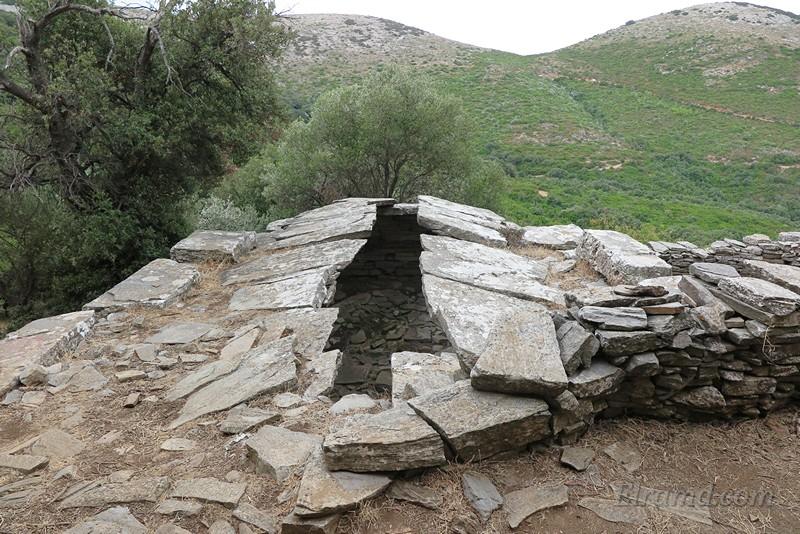 Вид на крышу здания, крытую каменными плитами