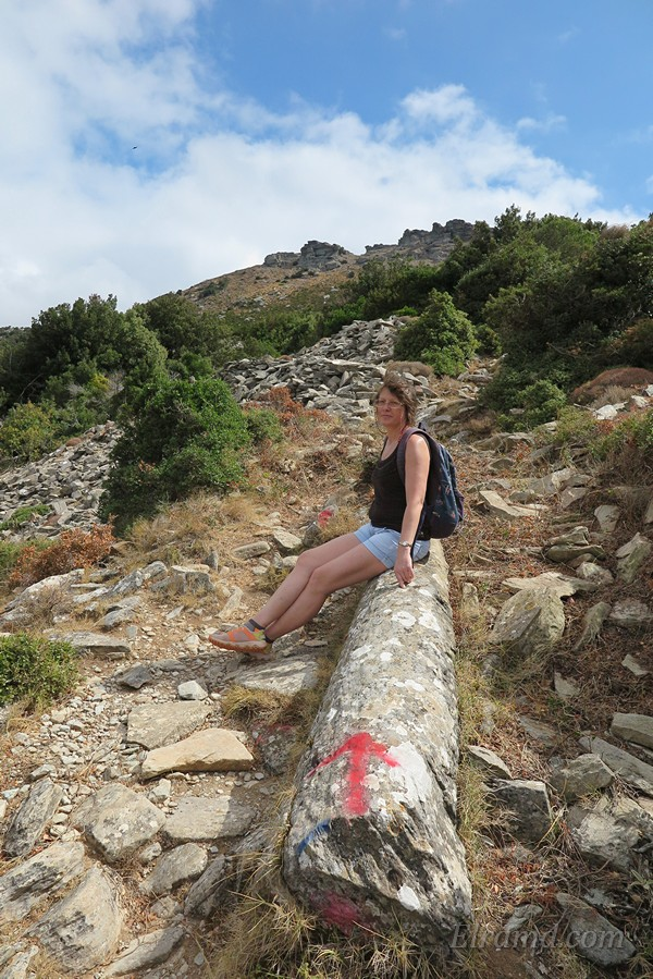 Лена отдыхает на древней колонне