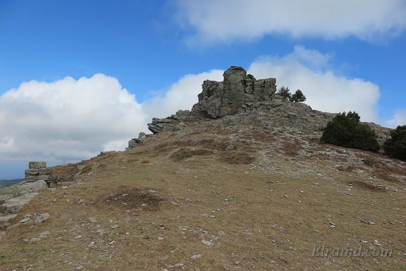 Слева на снимке видны уцелевшие огромные камни кладки стены акрополя