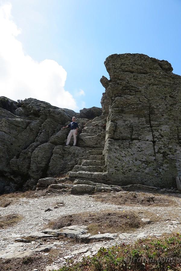 В коренной скале вырублены ступени