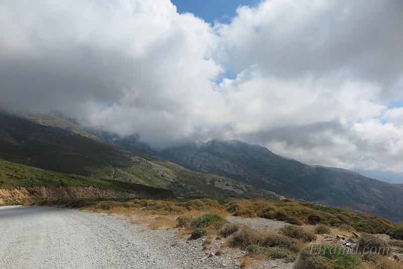 Дорога в Каристос под облаками