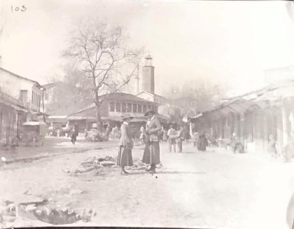 Агнес Беннет на площади Эдессы