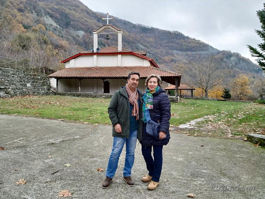 Мы с Йоргосом у храма в Ано Лутраки