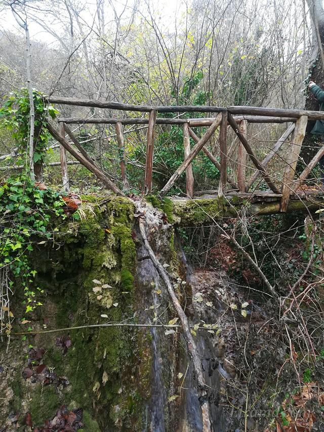 По мостику можно перейти на другую сторону озера.