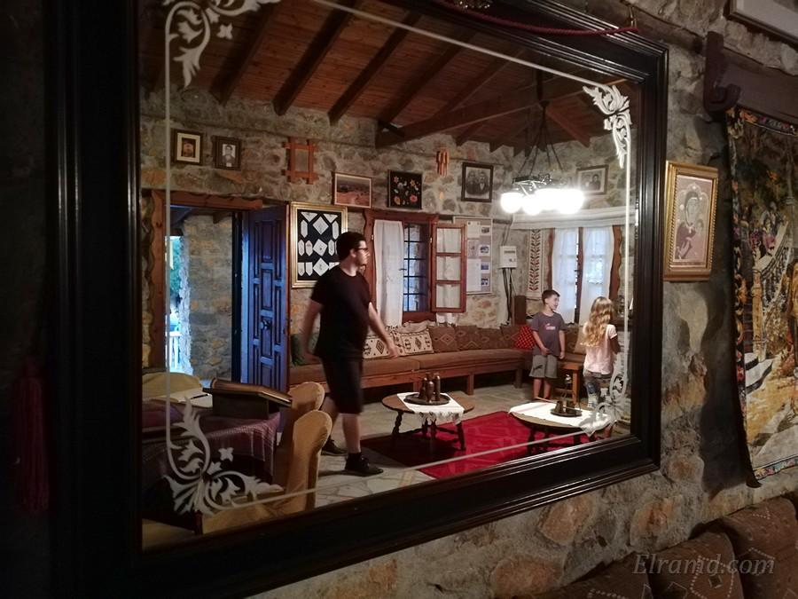 Старинное зеркало, отражающее внутренность музея
