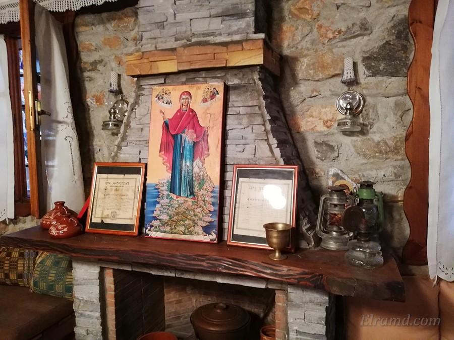 Икона Богоматери на полке камина