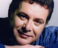 Знакомьтесь —  греческий певец Манолис Митсиас